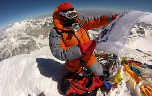 Edita with WFP flag Everest